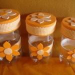Feito de garrafa pet, ela fica no formato de pote, para guarda-treco. Pode ser usado para a convidada levar de lembrancinha.