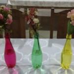 Enfeite de Mesa feito com garrafas coloridas de água.