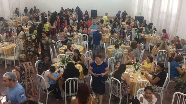 Chá para Mulheres preparado pelos homens da igreja de Vila Veneto